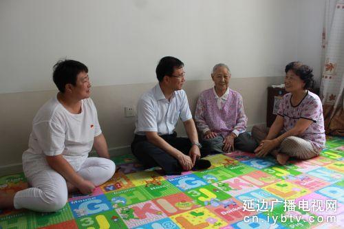 州长李景浩和烈军属家人亲切交谈