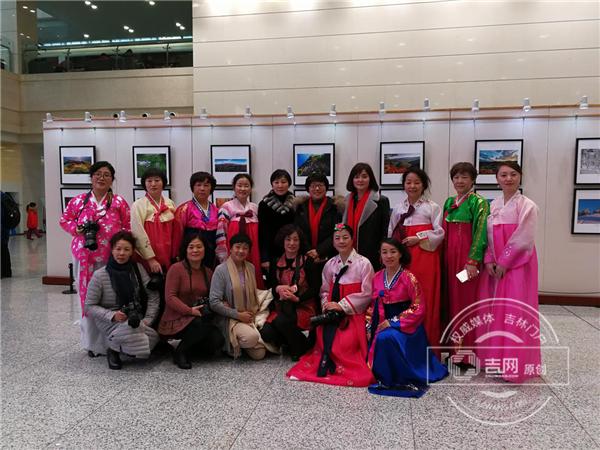 女性摄影爱好者们与长白县委常委、宣传部长 夏荣琴合影留念